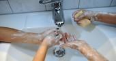 3. NON TE LE LAVI ABBASTANZA A FONDO – Non basta far scivolare il sapone sulle dita e poi risciacquare: le mani vanno strofinate a lungo, per 20 o 30 secondi sfregando bene il palmo, il dorso, tra le dita e possibilmente anche sotto le unghie, senza dimenticare l'attaccatura del polso. Poi risciacqua bene. (Foto: THOMAS LOHNES/AFP/Getty Images)