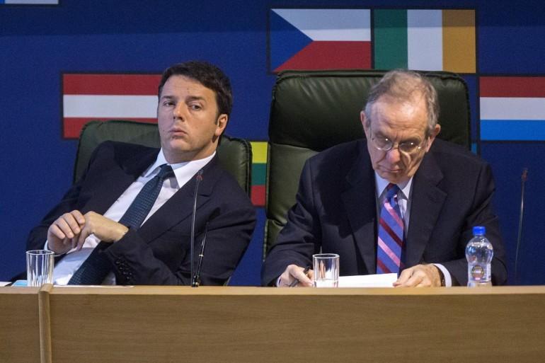 Matteo Renzi e Pier Carlo Padoan. Roberto Monaldo / LaPresse