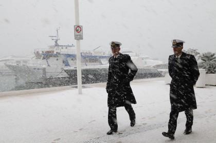 La neve al porto di Manfredonia, dove si attende un cargo maltese con a bordo alcuni passeggeri evacuati dal Norman Atlantic - Foto: CARLO HERMANN/AFP/Getty Images