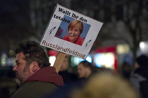 """Marcia di Pegida, con un cartello che chiede il """"ritiro"""" dalla Russia. Jens Schlueter/Getty Images"""