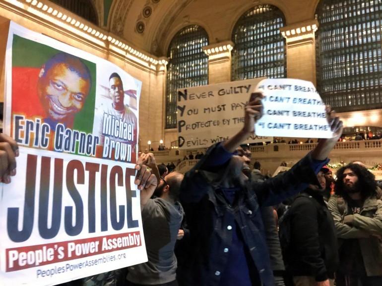 Usa, nero soffocato a Ny: proteste da Manhattan a Ferguson