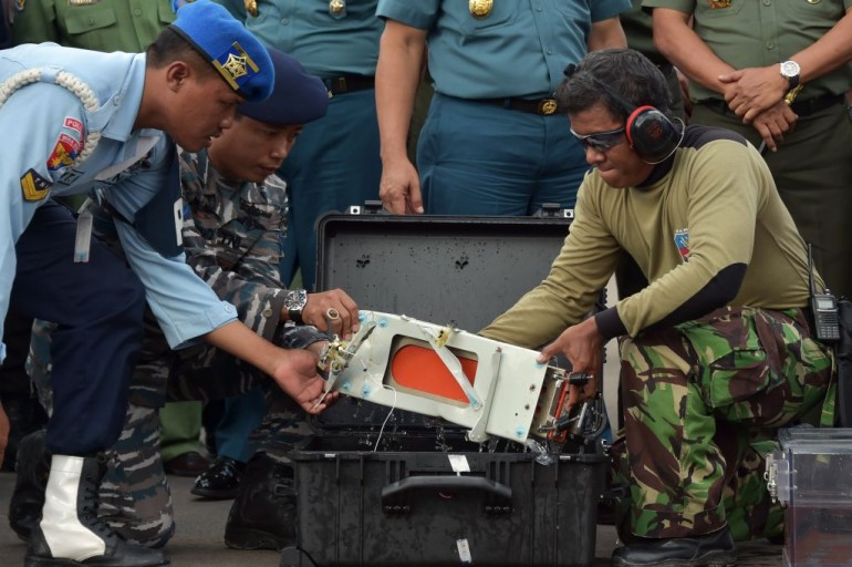 Gli esperti indonesiani mettono il FDR (Flight Data Recorder) del volo  AirAsia QZ8501 in un contenitore adatto al suo trasporto a terra  (Photo credit ADEK BERRY/AFP/Getty Images)