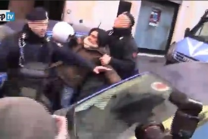 Nazareno, il video della fotografa trascinata via dalla polizia