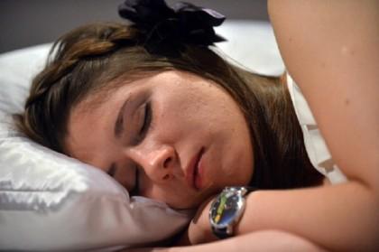 dormire con lo smartphone sotto al cuscino fa male