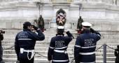 Altare della Patria ,i Vigili depongono un mazzo di fiori in onore vittime polizia