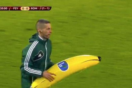 Feyenoord-Roma, lanciata una banana di gomma a Gervinho (VIDEO)
