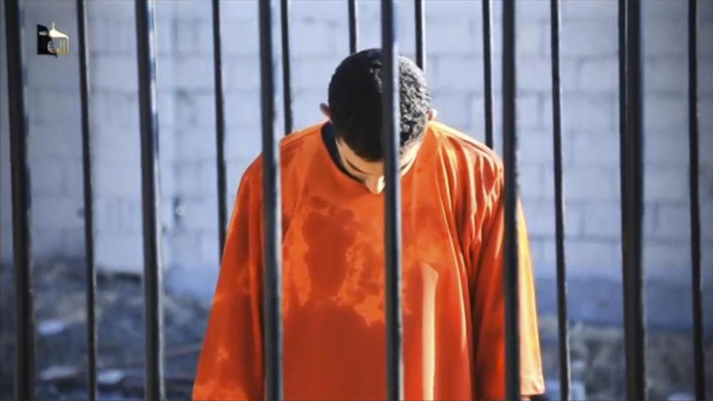Isis, video mostra pilota giordano bruciato vivo: proteste ad Amman