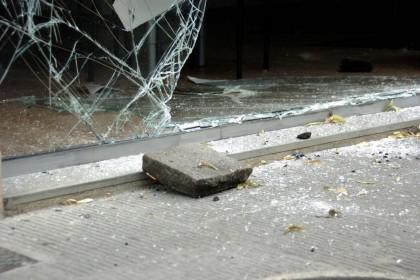 Anarchici sfondano vetrine sede Pdl durante un corteo