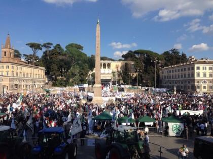 """Salvini a Roma: città blindata. Partito il corteo di Casapound. I Movimenti verso Piazza Vittorio """"Siamo 20mila"""""""