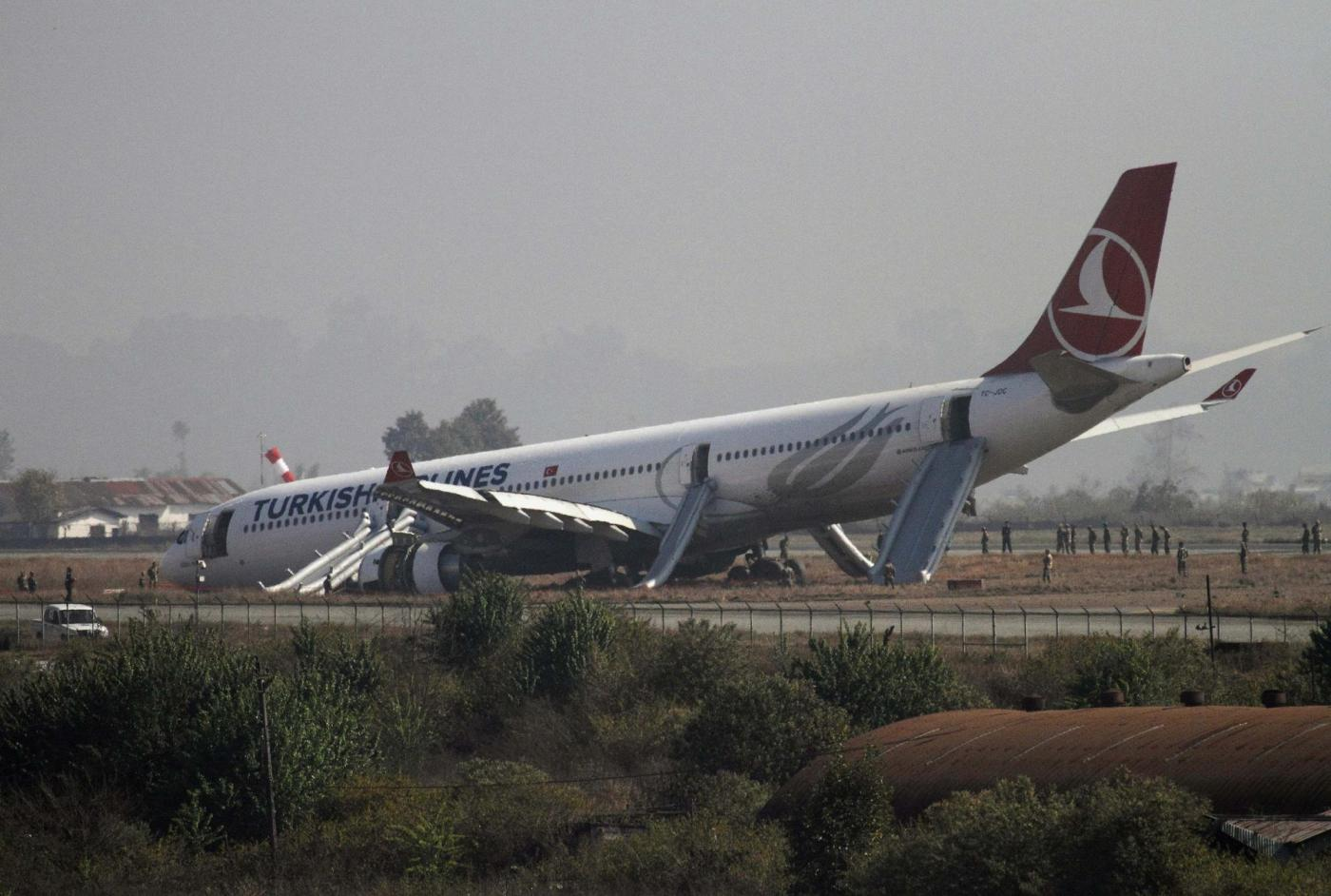 Nepal, aereo turco finisce fuori pista