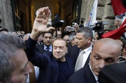 Berlusconi saluta i suoi sostenitori fuori da Palazzo Grazioli