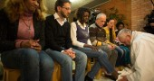Papa Francesco e la lavanda dei piedi ai detenuti: tra loro c'è anche Sylvie Lubamba