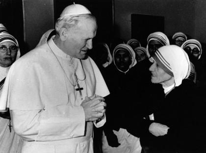Giovanni Paolo II con Madre Teresa di Calcutta nel 1979. Foto: Keystone/Getty Images