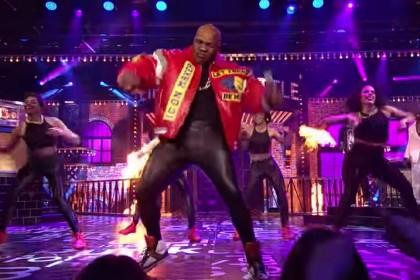 Il video del karaoke di Mike Tyson con pantaloni di pelle attillati