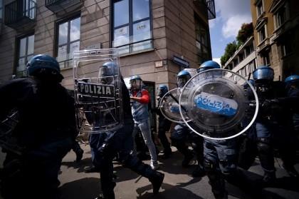 La polizia in azione per sedare gli scontri.  (AFP PHOTO / FILIPPO MONTEFORTE)