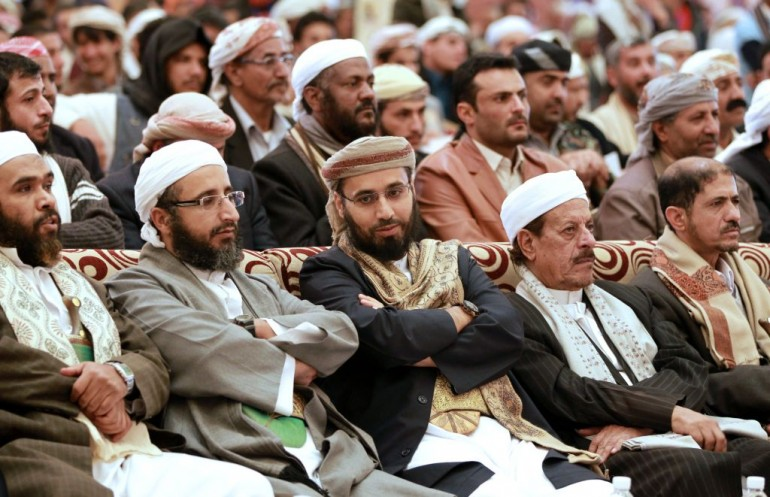 Didascalia:Abdulwahab Al-Homaiqani (C), secretary-general of the Yemeni Rashad Union, the first Yemeni Salafi party, attends a rally alongside party members in the capital Sanaa on January 4, 2014, against the US government's inclusion of Homaiqani on the list of al-Qaeda supporters. The Yemeni news agency said that 'the Republic of Yemen submitted a formal request to the American authorities to provide evidence underlining their decision'. AFP PHOTO / MOHAMMED HUWAIS (Photo credit should read MOHAMMED HUWAIS/AFP/Getty Images)