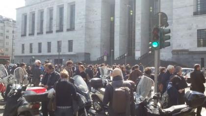 La folla fuori dal tribunale di Milano. (Credits Maghdi, Giornalettismo)