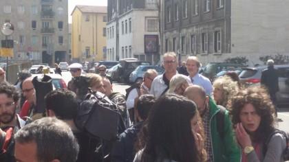 La folla di cronisti in attesa di aggiornamenti. Foto Giornalettismo