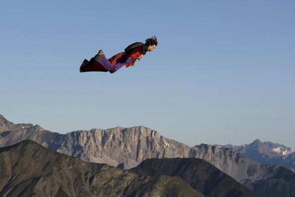 Potter lanciato in volo a Drusenfluh in Svizzera, nel 2008 (Photo by Beat Kammerlander / Barcroft USA / Getty Images)