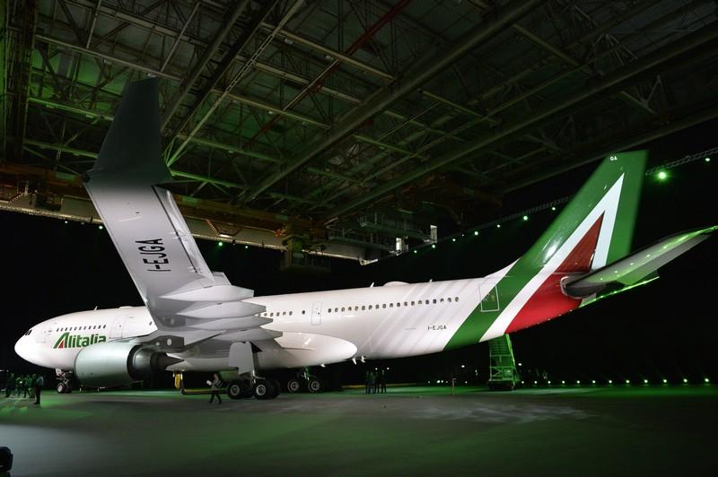 L'Airbus Alitalia a330 con la nuova livrea, anno 2015 (ANDREAS SOLARO/AFP/Getty Images)