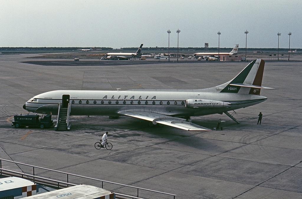Un Caravelle in livrea Alitalia all'aeroporto Fiumicino, anni '60 (John Proctor-Wikipedia-Pubblico Dominio)