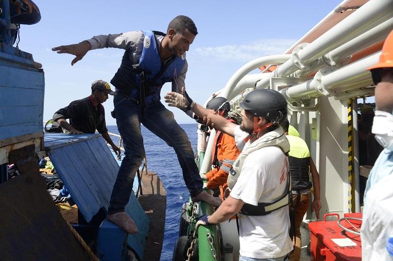 Nuova strage di migranti: «200 cadaveri al largo della Libia»