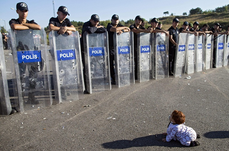 foto bambina profuga gattona