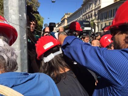 Filo spinato vicino alla festa dell'Unità a Milano. Foto del nostro inviato Andrea Mollica