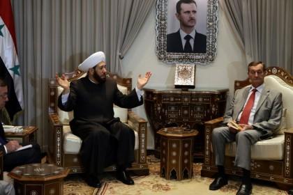 Il Gran Mufti siriano Ahmad Badreddin Hassoun incontra Gerard Bapt, parlamentare del Gruppo per l'Amicizia Franco-Siriana, favorevole ad Assad   (Photo credit should read LOUAI BESHARA/AFP/Getty Images)