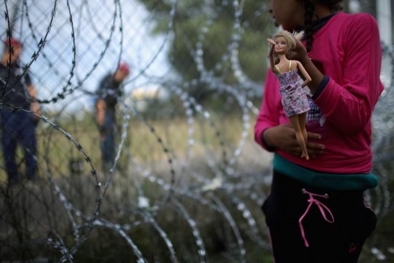 Le eroiche aziende che hanno rifiutato di vendere il pericoloso nastro spinato per il muro anti migranti dell'Ungheria