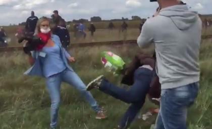 video operatrice sgambetto migranti