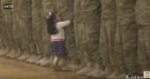 bambina corre abbraccia papà soldato video
