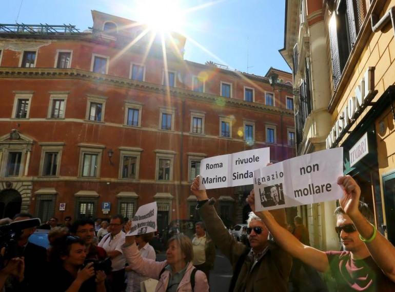 ignazio marino manifestanti pd