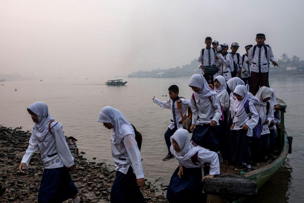 Giovani indonesiani che vanno a scuola sfidando l'inquinamento provocato dagli enormi incendi boschivi che imperversano in questa stagione   (Photo by Ulet Ifansasti/Getty Images)