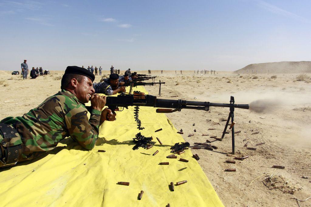 Poliziotti e volontari sciiti delle forze di mobilitazione popolare si esercitano nei pressi di Najaf prima di essere inviati nella provincia di Anbar (Photo credit should read HAIDAR HAMDANI/AFP/Getty Images)