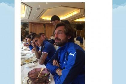 La visita a sorpresa di Matteo Renzi e le facce dei giocatori della Nazionale