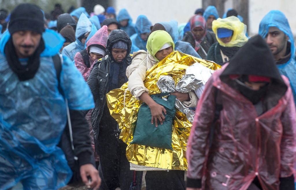 Migranti nei pressi di Gevgelija, al  confine tra Grecia e Macedonia (Photo credit   ROBERT ATANASOVSKI/AFP/Getty Images)