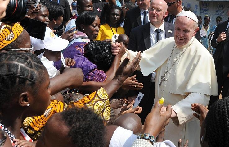 Papa Francesco nella moschea: «Restiamo uniti. Cessi ogni azione che sfiguri il volto di Dio»