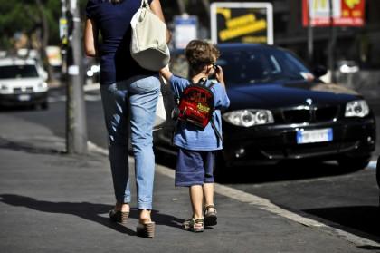 bambino ruba quaderno, carabiniere paga