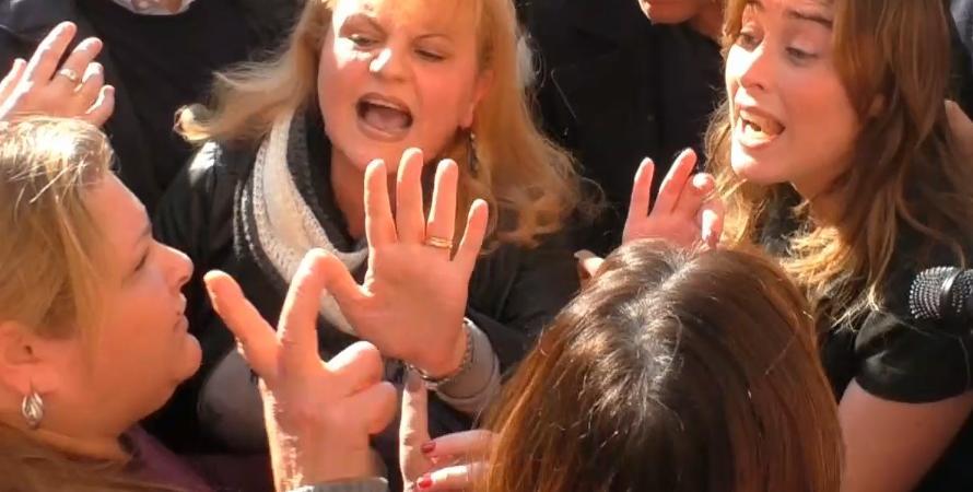 Maria Elena Boschi stoppa una contestazione