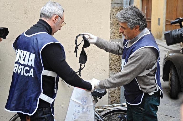 I rilievi della polizia scientifica (Foto: ANSA / MAURIZIO DEGL'INNOCENTI)