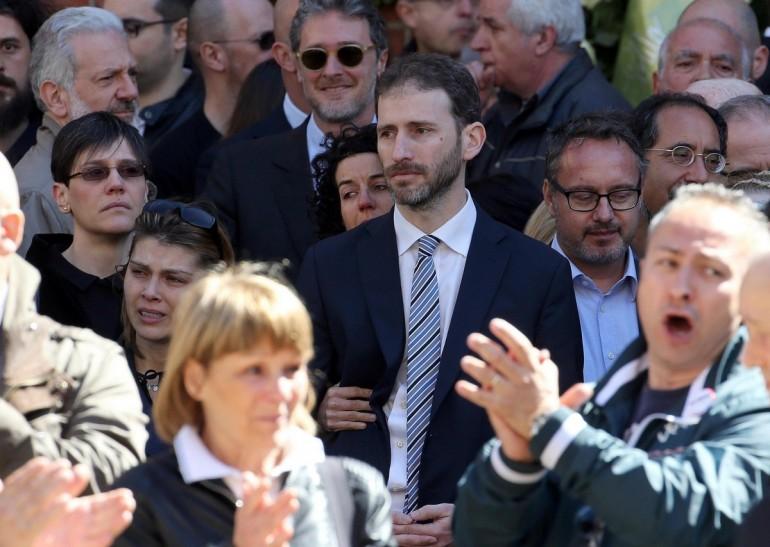 Folla a Milano per l'addio a Casaleggio: fischiati gli esponenti del Pd