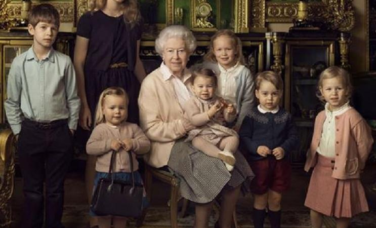 Regina elisabetta ii chi la bimba con la borsetta for La regina elisabetta 2