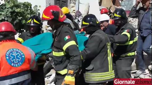 Terremoto ad Accumoli: estratta viva una persona dalle macerie (VIDEO)