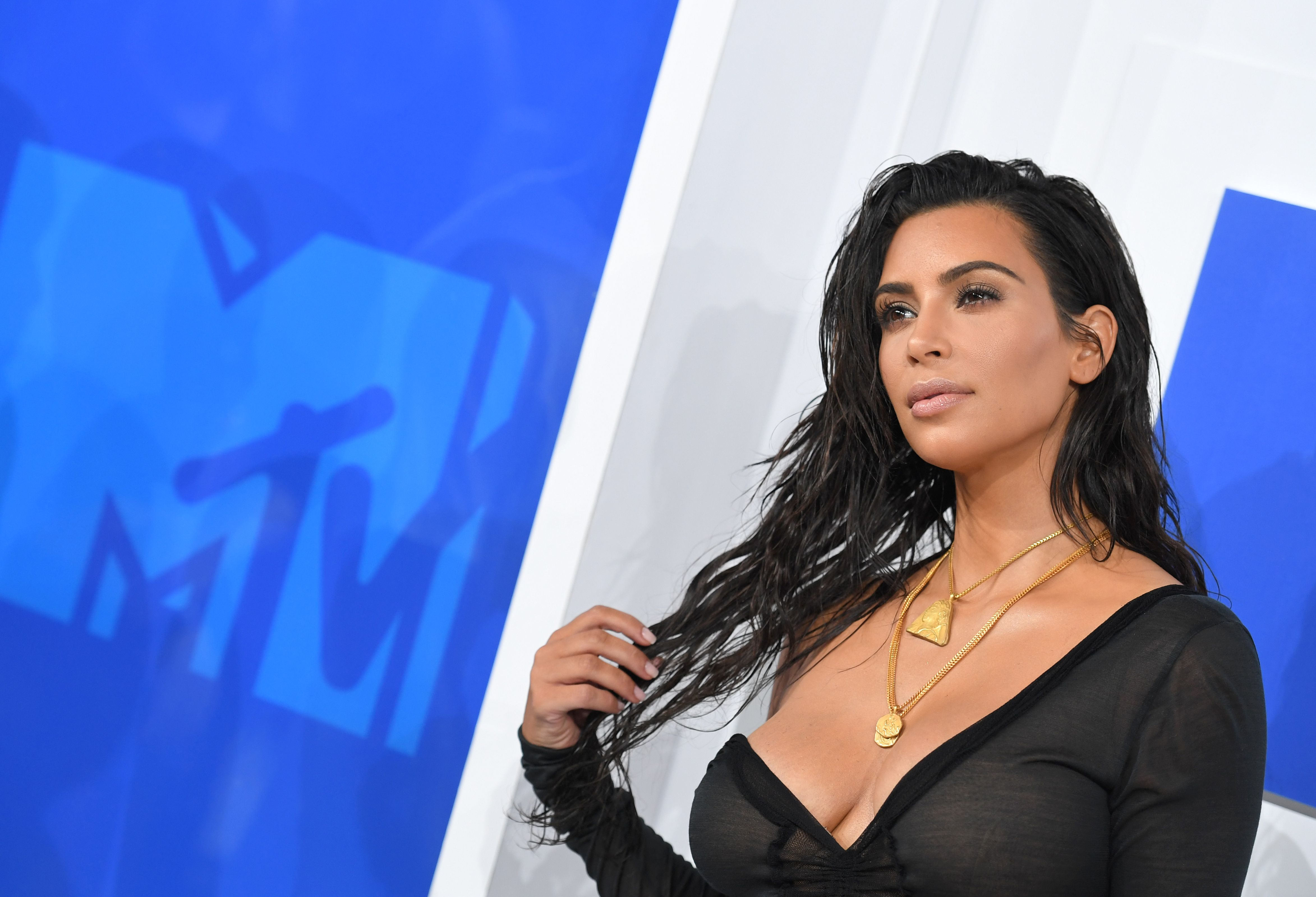 Kim Kardashian spopola agli Mtv Awards 2016. Trasparenze e scollatura generosa (FOTO)