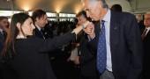 Malagò fa il baciamano a Virginia Raggi dopo lo stop alle Olimpiadi