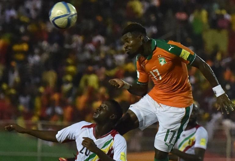 Calcio, Doumbia resta immobile a terra, Serge Aurier gli salva la vita