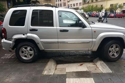 Suv parcheggiato sul marciapiede sullo scivolo riservato ai disabili
