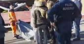 I materassi per i migranti gettati nei camioncini dell'AMA | VIDEO