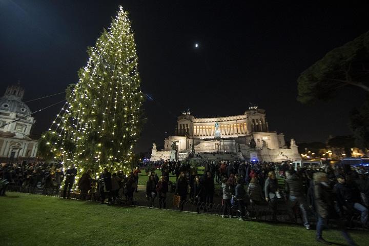 Per albero Natale si spende meno,sintetico batte quello vero